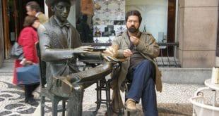 turista profissional na estátua do fernando pessoa